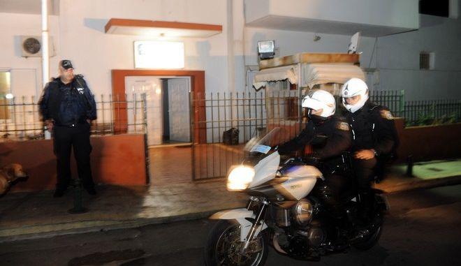 Άνδρες της ομάδας ΔΙΑΣ έξω από το Αστυνομικό Τμήμα της Κερατέας όπου κρατείται ένας από τους απαγωγείς του επιχειρηματία Μανώλη Καραμολέγκου, την Τετάρτη 15 Ιανουαρίου 2014.(EUROKINISSIΑΝΤΩΝΗΣ ΝΙΚΟΛΟΠΟΥΛΟΣ)