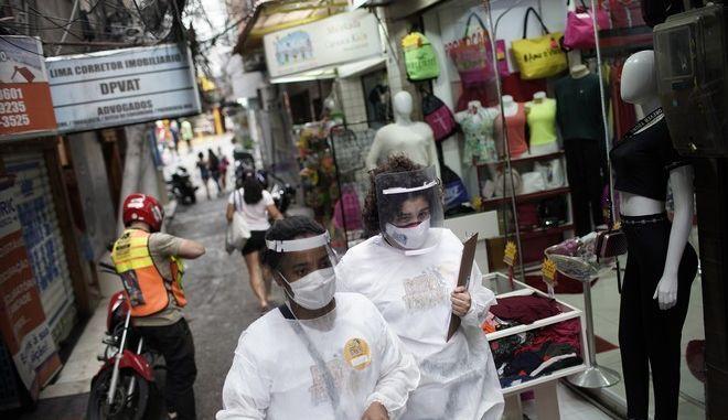Άνθρωποι με μάσκες για τον κορονοϊό στη Βραζιλία