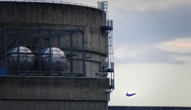 Ο Σούπερμαν της Greenpeace κατευθύνεται στον πυρηνικό σταθμό