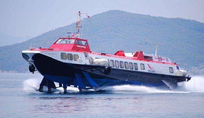 """Στον Πειραιά επιστρέφει το """"Flying Dolphin 18"""" με 64 επιβάτες μετά από μηχανική βλάβη"""