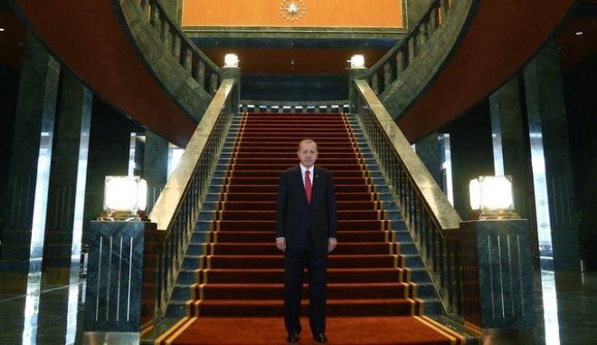 Ο Ερντογάν πήγε σε προεδρικό παλάτι και λέει πως το 'πρωθυπουργικό γραφείο ήταν γεμάτο κατσαρίδες'