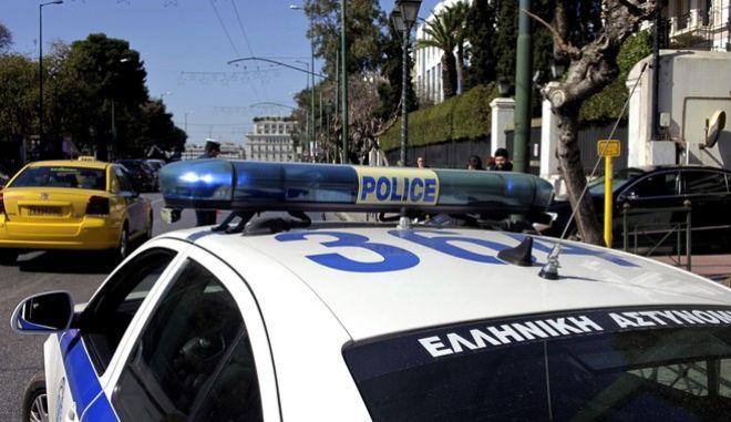 Περιπολικό της Ελληνικής Αστυνομίας στην λεωφόρο Βασιλίσσης Σοφίας, μετά το τηλεφώνημα αγνώστου σε ιστοσελίδα ο οποίος προειδοποίησε για ύπαρξη εκρηκτικού μηχανισμού στην ιταλική πρεσβεία. Στο κτήριο της πρεσβείας έσπευσαν ο αρμόδιες αρχές και άνδρες του Τμήματος Εξουδετέρωσης Εκρηκτικών Μηχανισμών προκειμένου να ερευνήσουν και να εντοπίσουν ενδεχόμενο ύποπτο δέμα. (EUROKINISSI/ΓΙΩΡΓΟΣ ΚΟΝΤΑΡΙΝΗΣ)