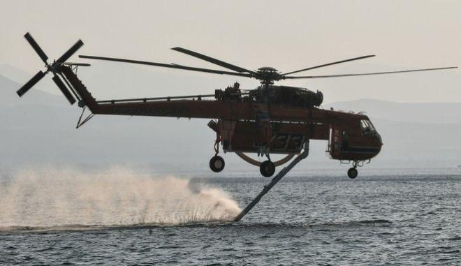 Πυροσβεστικό ελικόπτερο Έρικσον ανεφοδιάζεται