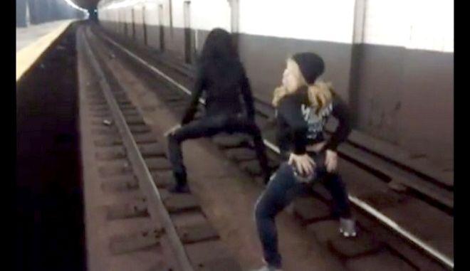 Βίντεο: Το κουνάνε στις ράγες του Μετρό