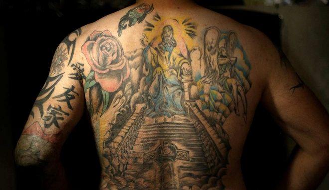 Ιρακινός στρατιώτης με τατουάζ στην πλάτη που καλύπτει τις ουλές από βομβιστική επίθεση με αυτοκίνητο στη Βαγδάτη το 2008