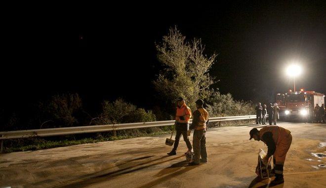 Τροχαίο δυστύχημα στην Κοιλάδα των Τεμπών το βράδυ της Δευτέρας 25 Νοεμβρίου 2013 και συγκεκριμένα στο 384ο χλμ. Το τραγικό δυστύχημα σύμφωνα με την αστυνομία συνέβη όταν ένα ΙΧ αυτοκίνητο επιχείρησε να κάνει προσπέραση σε νταλίκα και συγκρούστηκε με λεωφορείο του ΚΤΕΛ Θεσσαλονίκης, που κινούνταν στο αντίθετο ρεύμα.  Σύμφωνα με τον πρώτο απολογισμό, νεκρός είναι ο 46χρονος οδηγός του ΙΧ αυτοκινήτου, ενώ τραυματίστηκαν η 43χρονη σύζυγός του και οι κόρες του, 17 και 7 ετών. Το επτάχρονο κορίτσι νοσηλεύεται σε νοσοκομείο της Λάρισας, έχοντας διαφύγει τον κίνδυνο. Τραύματα φέρει και ο Βούλγαρος οδηγός της νταλίκας, καθώς και ένας επιβάτης του ΚΤΕΛ. Στο λεωφορείο του ΚΤΕΛ Θεσσαλονίκης επέβαιναν συνολικά 18 άτομα. (EUROKINISSI/ΚΩΣΤΑΣ ΜΑΝΤΖΙΑΡΗΣ)