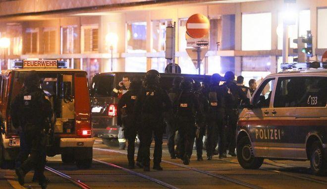 Αστυνομικές δυνάμεις στη Βιέννη μετά την επίθεση σε συναγωγή