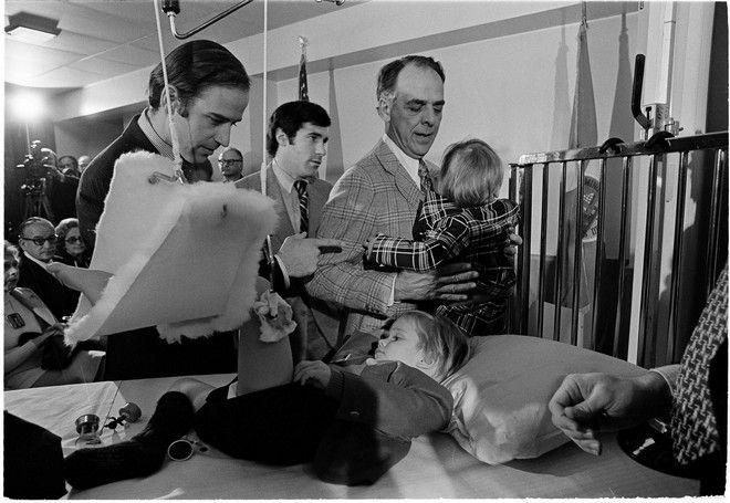 Ο Τζο Μπάιντεν τον Ιανουάριο του 1973 με τον γιο του Μπο στο νοσοκομείο μετά τον τραυματισμό του παιδιού στο τροχαίο στο οποίο σκοτώθηκαν η κόρη του και η σύζυγός του