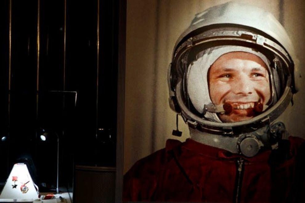 Ο Γιούρι Γκαγκάριν με τη στολή του κοσμοναύτη. Αριστερά βλέπουμε ένα αντίγραφο της διαστημικής κάψουλας και πάνω της είναι στερεωμένα τα δυο σημαντικότερα παράσημα που έλαβε ο Γκαγκάριν: δεξιά το παράσημο του Τάγματος του Λένιν και αριστερά το παράσημο του Ήρωα της Σοβιετικής Ένωσης.