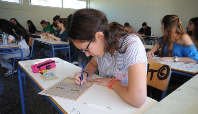 Στιγμιότυπο από το εξεταστικό κέντρο του 39ου Λυκείου Αθήνας κατά την διάρκεια των Πανελλαδικών Εξετάσεων την Δευτέρα 16 Μαΐου 2016. Οι υποψήφιοι μαθητές εξετάστηκαν στο μάθημα της Νεοελληνικής Γλώσσας.  (EUROKINISSI)