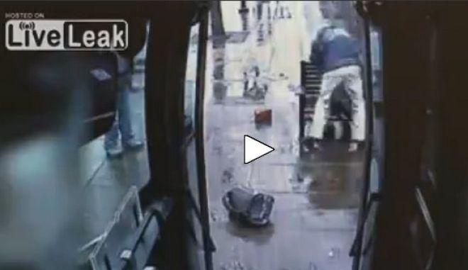 Οδηγός λεωφορείου χτυπά με όργανο από καουτσούκ άγρια επιβάτη