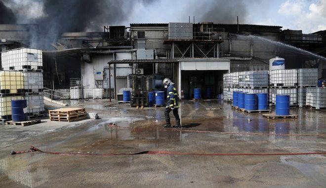 Πυρκαγιά σε βιομηχανία χρωμάτων στη θέση Καλλιστήρι, επί της οδού Μεγαρίδος, στον Ασπρόπυργο την Δευτέρα 28 Μαρτίου 2016. Στον χώρο της βιοτεχνίας, η οποία εκτείνεται σε 200 τετραγωνικά μέτρα, επιχειρούν 36 πυροσβέστες με 12 οχήματα. (EUROKINISSI/ΣΤΕΛΙΟΣ ΜΙΣΙΝΑΣ)