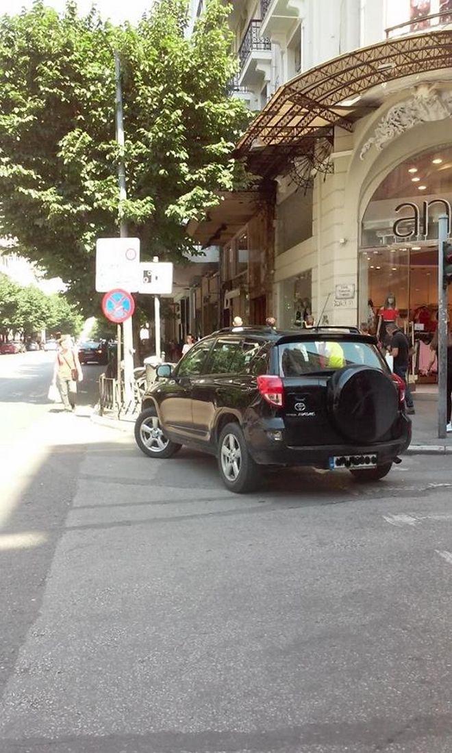 Παρκαρίσματα θανάτου στη Θεσσαλονίκη: Έβγαλε κάδο για να βάλει το αγροτικό