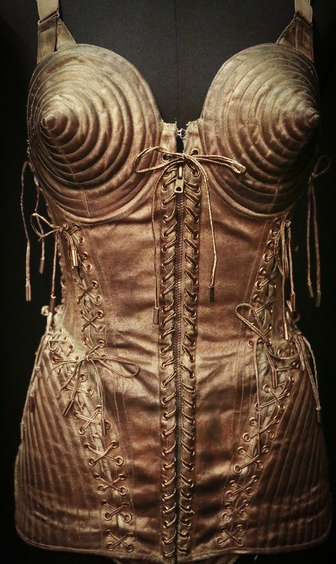 Στηθόδεσμος σε σχήμα κώνου. Σχέδιο του Ζαν Πολ Γκοτιέ που φορέθηκε από τη Μαντόνα