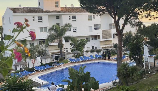 Η πισίνα του ξενοδοχείου κοντά στη Μάλαγα όπου πνίγηκε ο Βρετανός και τα δύο του παιδιά