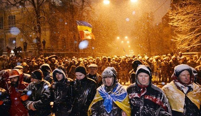 """Οι Ουκρανοί διαδηλωτές """"λύγισαν"""" τον Γιανούκοβιτς"""