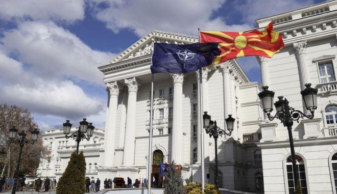 Η σημαία του ΝΑΤΟ και της Βόρειας Μακεδονίας