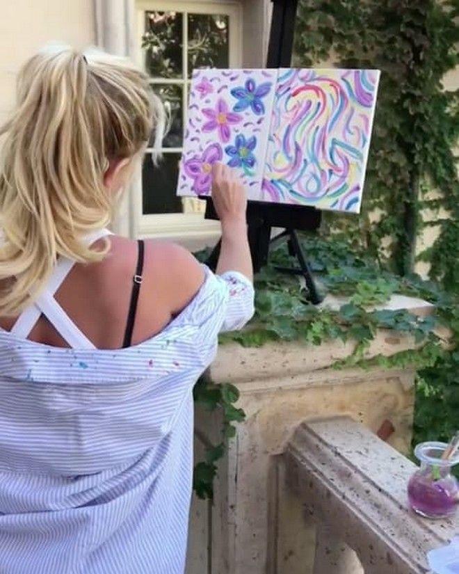 Η Britney Spears αφήνει το μικρόφωνο και 'ερμηνεύει' με πινέλο