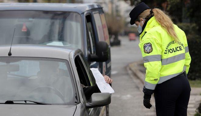 Έλεγχοι από αστυνομικούς σε πολίτες για την εφαρμογή της απαγόρευσης κυκλοφορίας για τον κορονοϊό