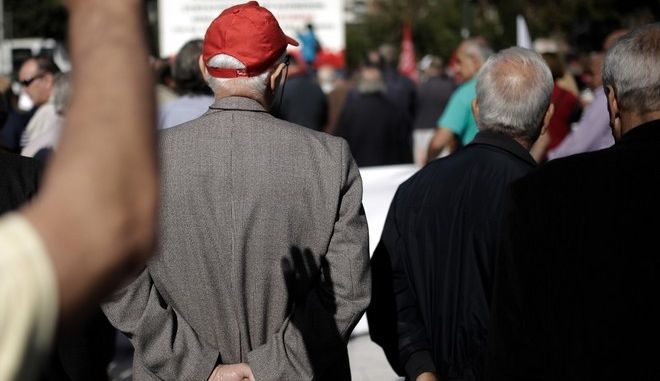Demonstration by pensioner unions of central Macedonia at Aristotle Square protesting for pension cuts and demanding their return to pre-crisis levels, in Thessaloniki, Greece on October 10, 2017. /                       , , 10  2017.