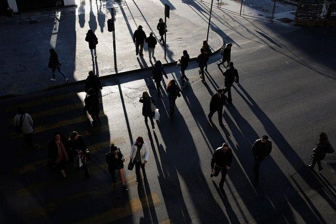 Pedestrians cross the Egnatia Street in Thessaloniki, Greece on January 15, 2015. /         15  2015.