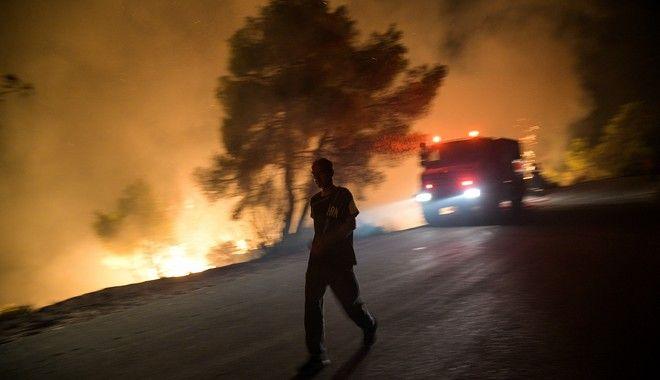 Ανεξέλεγκτη συνεχίζει να μαίνεται η μεγάλη φωτιά στην Εύβοια