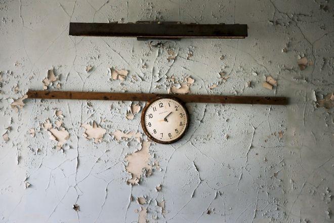 Ένα σπασμένο ρολόι σε τοίχου σχολείου στο εκκενωμένο Πρίπυατ. Η φωτογραφία τραβήχτηκε το 2017