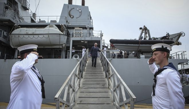 Ο Κάρολος αποβιβάζεται από το HMS Echo, στο λιμάνι του Πειραιά