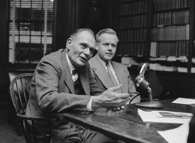 O Dr. John F. Enders (αριστερά) με τον Dr. Thomas H. Weller (δεξιά), στις 21/10 του 1954 μετά τη βράβευση τους με το Nobel της ιατρικής.