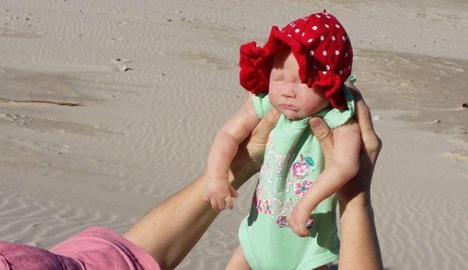 Ξόδεψε 10.000 δολάρια για να στείλει την κούκλα της ταξίδι σε όλο τον κόσμο
