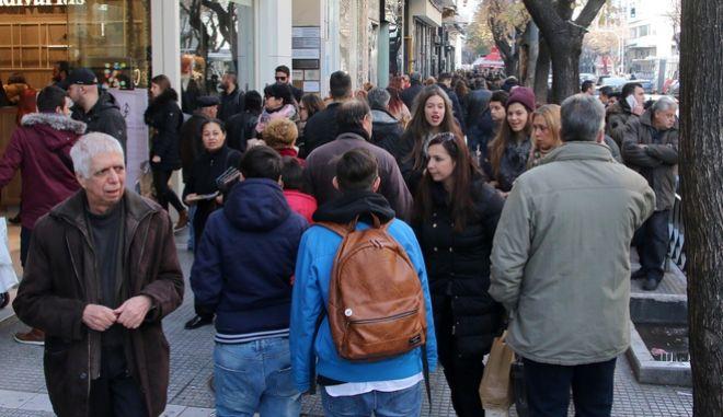 Καταναλωτές ψωνίζουν απο τα καταστήματα. Φωτό αρχείου.