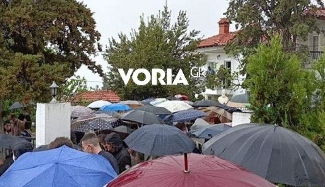Θεσσαλονίκη: Κοσμοσυρροή στην κηδεία ιερέα που πέθανε από κορονοϊό