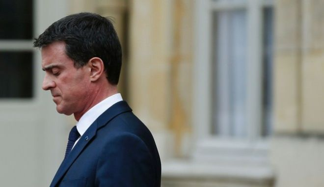French Prime Minister Manuel Valls waits for former Israeli President Shimon Peres at the Hotel Matignon in Paris on March 24, 2016.  / AFP PHOTO / THOMAS SAMSON
