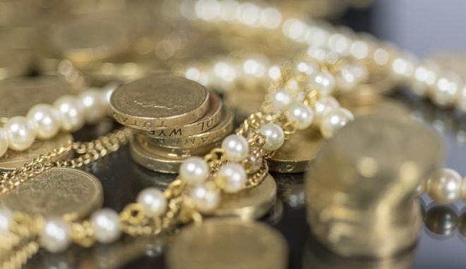 Άρπαξε λίρες, κοσμήματα και μετρητά προσποιούμενος τον υπάλληλο της ΔΕΗ