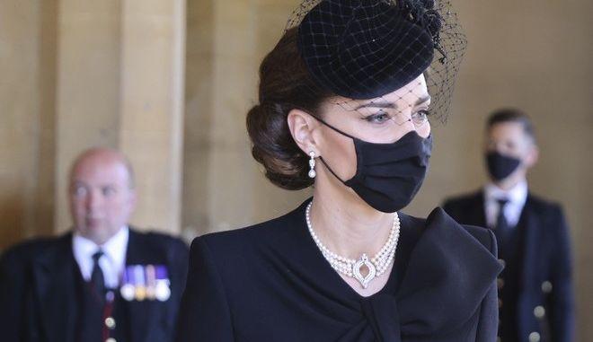Η Kate, Δούκισα του Κέμπριτζ στην κηδεία του Πρίγκιπα Φίλιππου, με το μενταγιόν που είχε φορέσει η Πριγκίπισσα Νταϊάνα