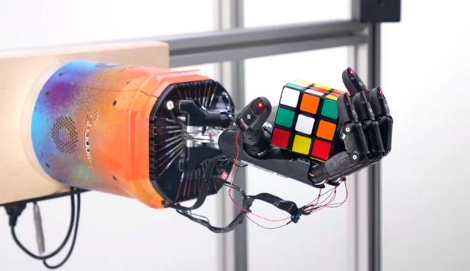 Ρομπότ με ένα χέρι λύνει τον κύβο του Ρούμπικ