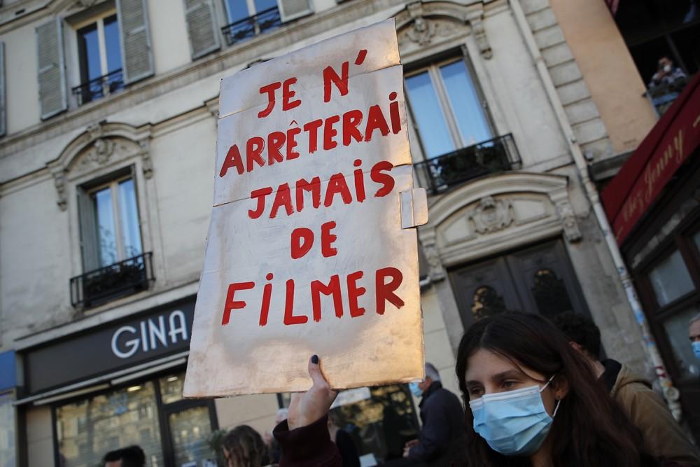 Διαδηλωτής με πλακάτ που γράφει