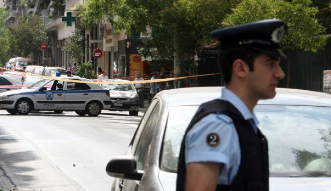 Αστυνομικοί πραγματοποιούν έρευνες στην οδό Κεδρηνού στους Αμπελοκήπους έπειτα από επεισόδιο με πυροβολισμούς κατά αστυνομικών της ομάδας ΔΙΑΣ το οποίο σημειώθηκε κοντά στην Γενική Αστυνομική Διεύθυνση Αθηνών (ΓΑΔΑ), στους Αμπελόκηπους στις 8.40 το πρωί της Τετάρτης 17 Ιουλίου 2013. Οι αστυνομικοί της ομάδας ΔΙ.ΑΣ. επιχείρησαν να κάνουν έλεγχο σε διερχόμενο αυτοκίνητο το οποίο σταμάτησε, όμως, οι 3 επιβαίνοντες κατέβηκαν από το όχημα πυροβολώντας με καλάσνικοφ προς το μέρος των αστυνομικών - οι οποίοι ανταπέδωσαν τα πυρά - και αμέσως μετά διέφυγαν με το όχημα.  Από την ανταλλαγή των πυροβολισμών δεν υπήρξε τραυματισμός. Ακολούθησε καταδίωξη κατά την οποία το Ι.Χ. μάρκας Volvo βρέθηκε εγκαταλελειμένο στην οδό Αχαϊας και οι δράστες διέφυγαν πεζή.  (EUROKINISSI/ΤΑΤΙΑΝΑ ΜΠΟΛΑΡΗ)