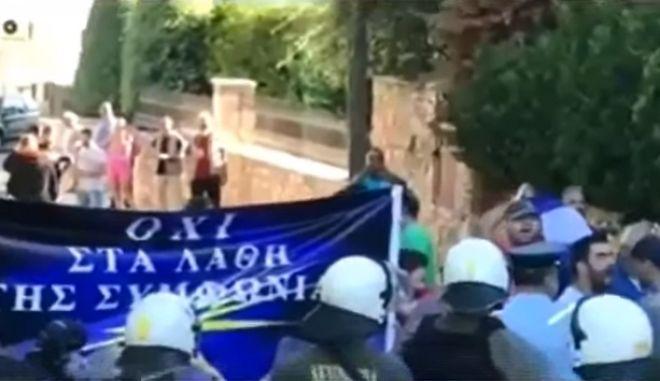 Διαδήλωση δέκα ακροδεξιών σε εκδήλωση του ΣΥΡΙΖΑ για το Σκοπιανό