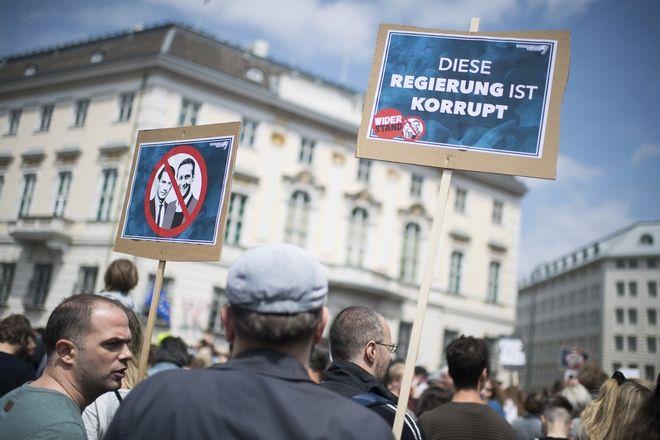 Αυστρία, διαδηλωτές μπροστά στο Μέγαρο της Καγκελαρίας στο κέντρο της Βιέννης