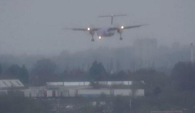 Καταιγίδα Ντένις: Τρομακτικές προσγειώσεις στα βρετανικά αεροδρόμια