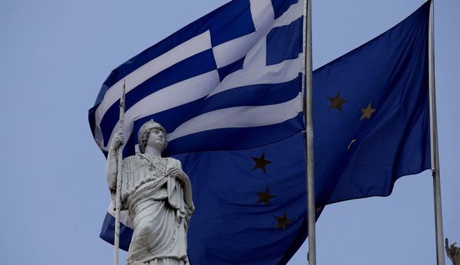 Η ελληνική σημαία και η σημαία της ΕΕ σε μνημείο της Αθήνας
