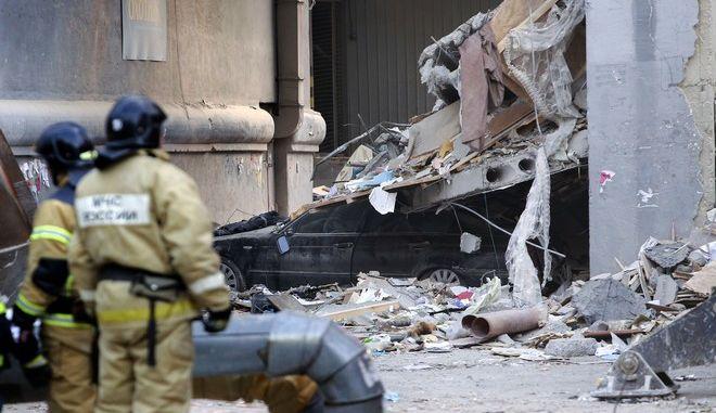 Υπό εξαιρετικά αντίξοες συνθήκες επιχειρούν οι διασώστες στη Ρωσία, στα συντρίμμια της πολυκατοικίας που κατέρρευσε πιθανότατα λόγω διαρροής φυσικού αερίου