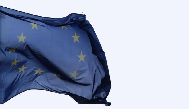 Η σημαία της ΕΕ ανεμίζει στο κτίριο του Ευρωκοινοβουλίου στις Βρυξέλλες
