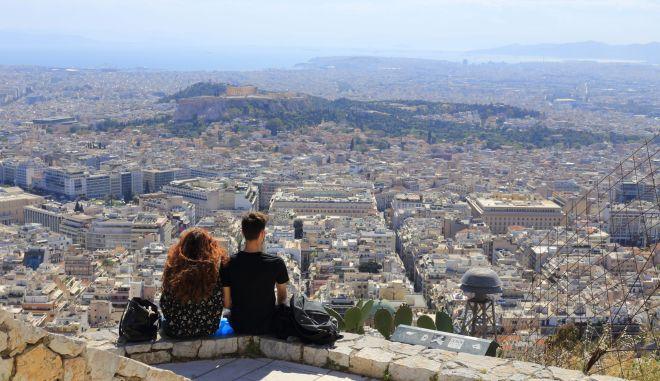 Ζευγάρι νέων απολαμβάνουν τη θέα της πρωτεύουσας