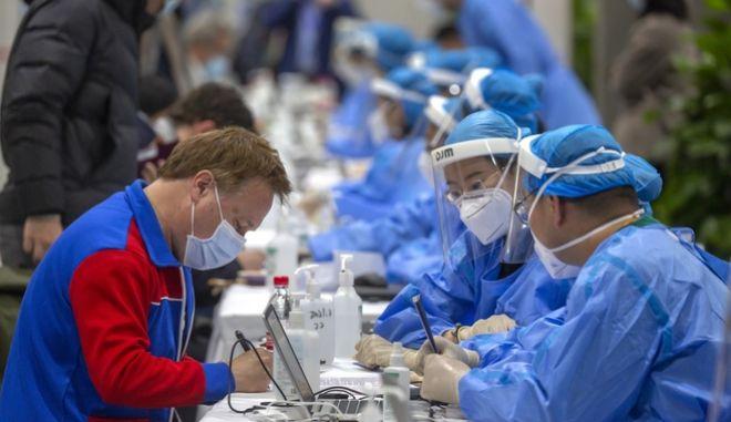 Κίνα - Κορονοϊός: Η άνιση κατανομή των εμβολίων κρατά κλειστά τα σύνορα