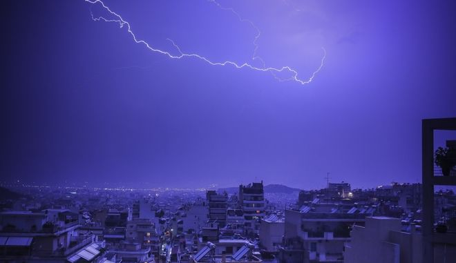 Απόκοσμες εικόνες: Ηλεκτρική καταιγίδα με κεραυνούς στον ουρανό της Αττικής