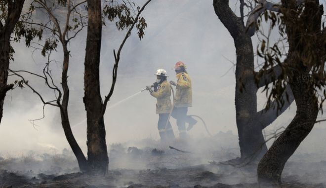 Πυροσβέστες σβήνουν φωτιές στην Αυστραλία