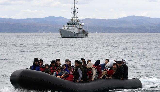 Σκάφος της Frontex παρακολουθεί βάρκα με πρόσφυγες και μετανάστες που φτάνει στη Λέσβο
