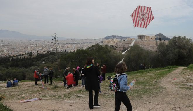 Κόσμος πετάει χαρταετό στο λόφο του Φιλοπάππου στην Αθήνα την Καθ. Δευτέρα 2 Μαρτίου 2020